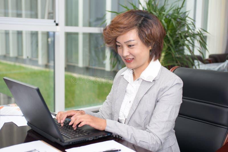Hombre de negocios femenino asiático imagen de archivo