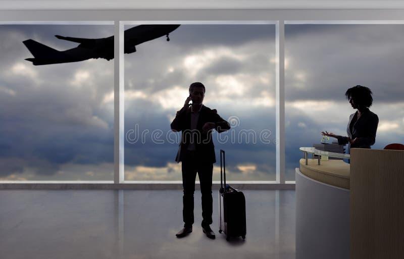 Hombre de negocios Fighting con el asistente de vuelo o el recepcionista en el aeropuerto fotografía de archivo libre de regalías