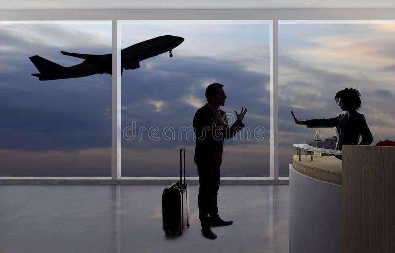 Hombre de negocios Fighting con el asistente de vuelo o el recepcionista en el aeropuerto foto de archivo