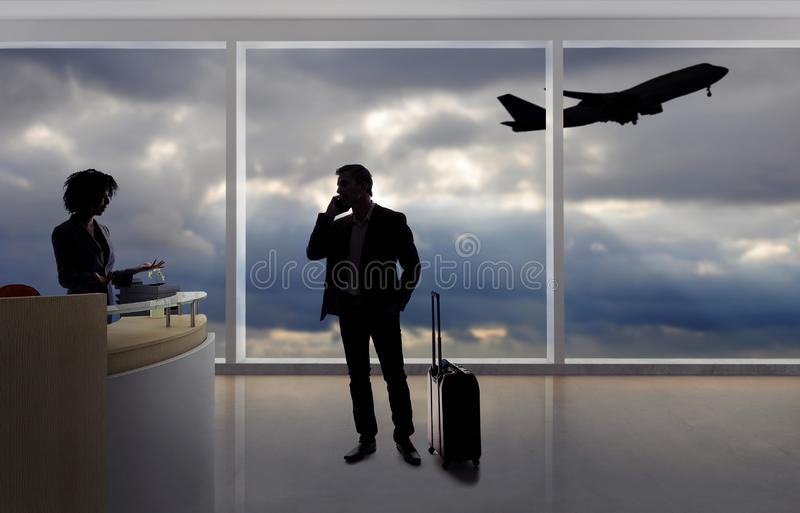 Hombre de negocios Fighting con el asistente de vuelo o el recepcionista en el aeropuerto fotografía de archivo