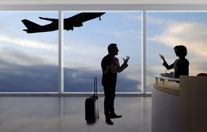 Hombre de negocios Fighting con el asistente de vuelo o el recepcionista en el aeropuerto imágenes de archivo libres de regalías