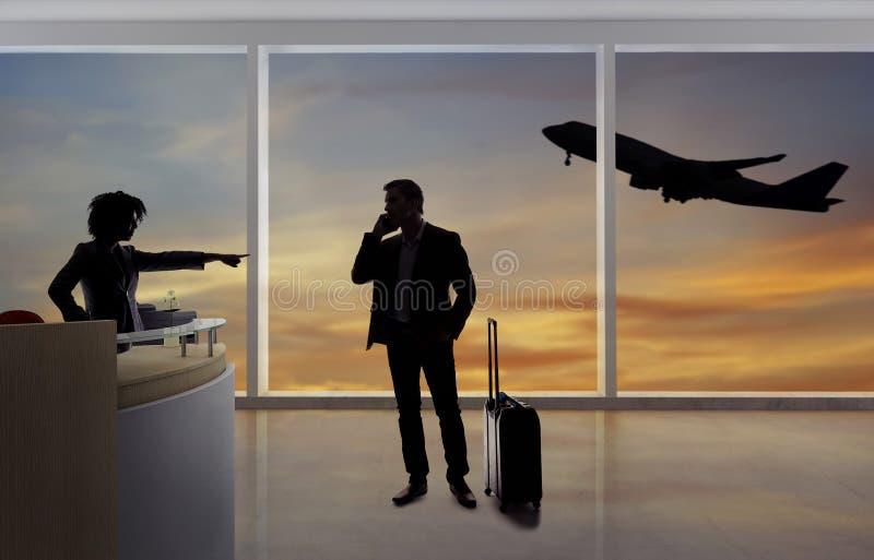 Hombre de negocios Fighting con el asistente de vuelo o el recepcionista en el aeropuerto imagen de archivo
