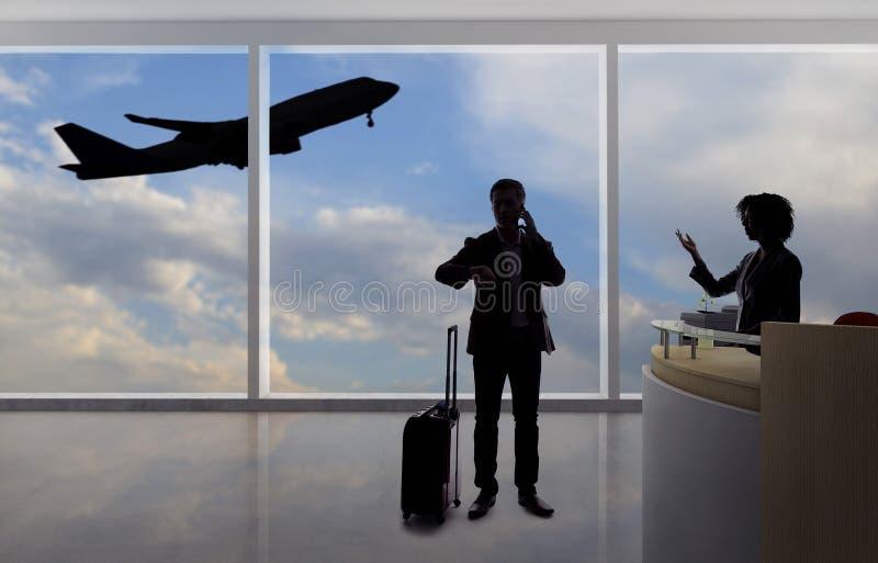 Hombre de negocios Fighting con el asistente de vuelo o el recepcionista en el aeropuerto imagenes de archivo