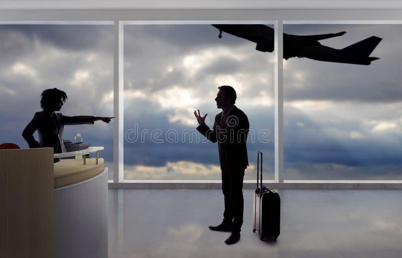 Hombre de negocios Fighting con el asistente de vuelo o el recepcionista en el aeropuerto imagen de archivo libre de regalías