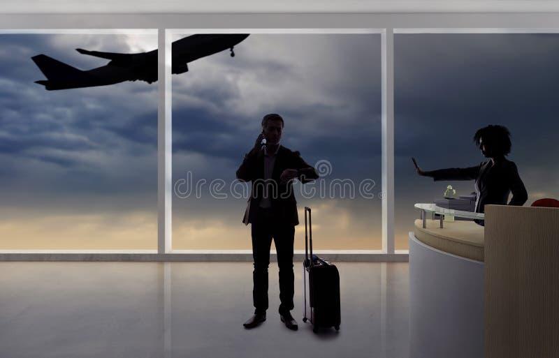Hombre de negocios Fighting con el asistente de vuelo o el recepcionista en el aeropuerto foto de archivo libre de regalías