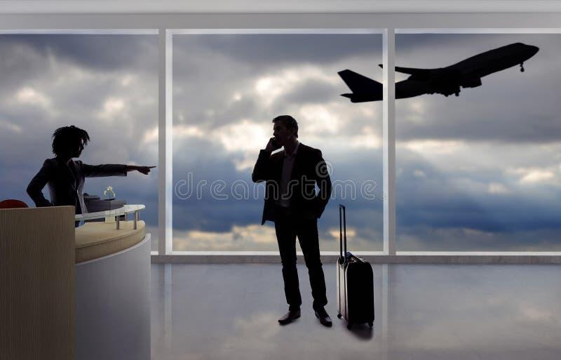 Hombre de negocios Fighting con el asistente de vuelo o el recepcionista en el aeropuerto fotos de archivo