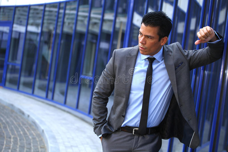 Hombre de negocios In Front Near Business Center Building, Gray Suit fotografía de archivo libre de regalías