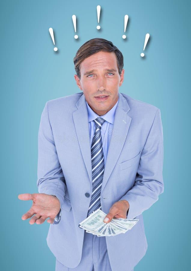Hombre de negocios frustrado con el dinero contra fondo y signos de exclamación azules fotografía de archivo