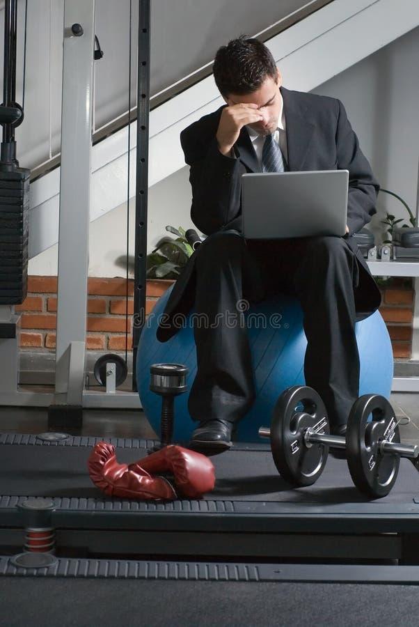 Hombre de negocios frustrado en la gimnasia foto de archivo