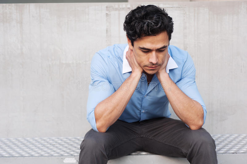 Hombre de negocios frustrado joven del latino foto de archivo libre de regalías