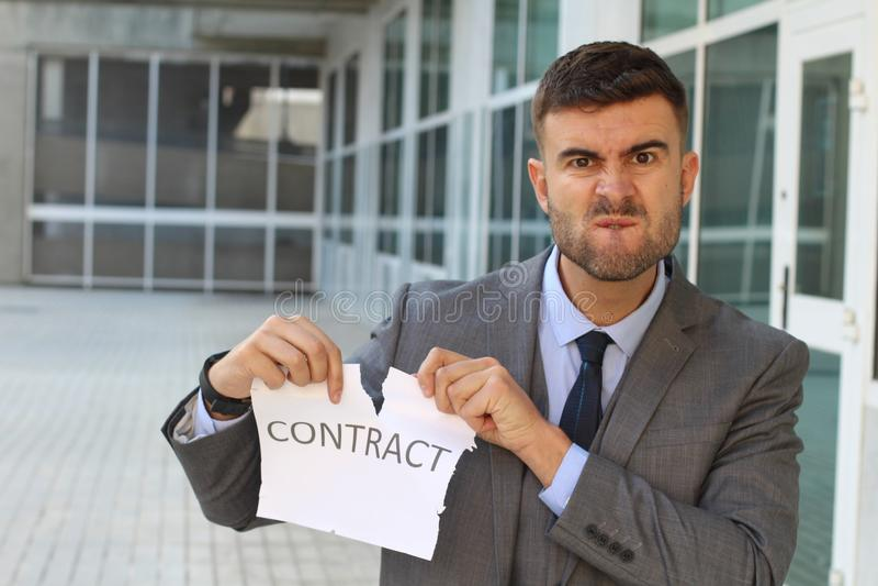 Hombre de negocios furioso que rompe un contrato fotos de archivo