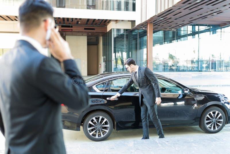 Hombre de negocios Getting Personalized Service de oficiales foto de archivo