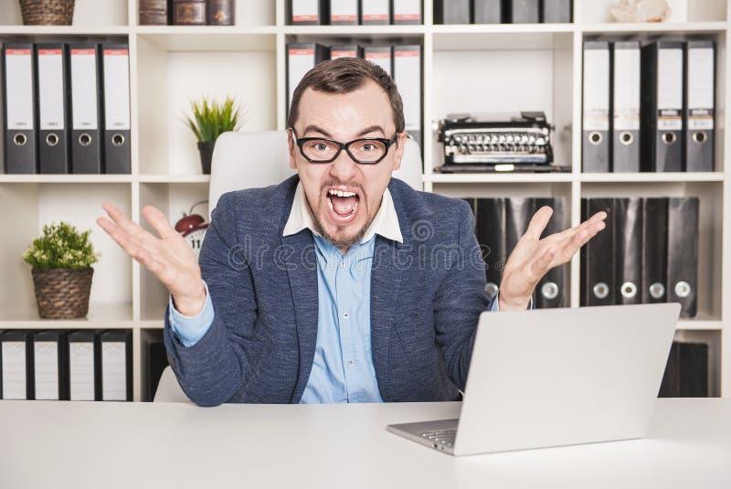 Hombre de negocios de griterío enojado en oficina imagen de archivo libre de regalías