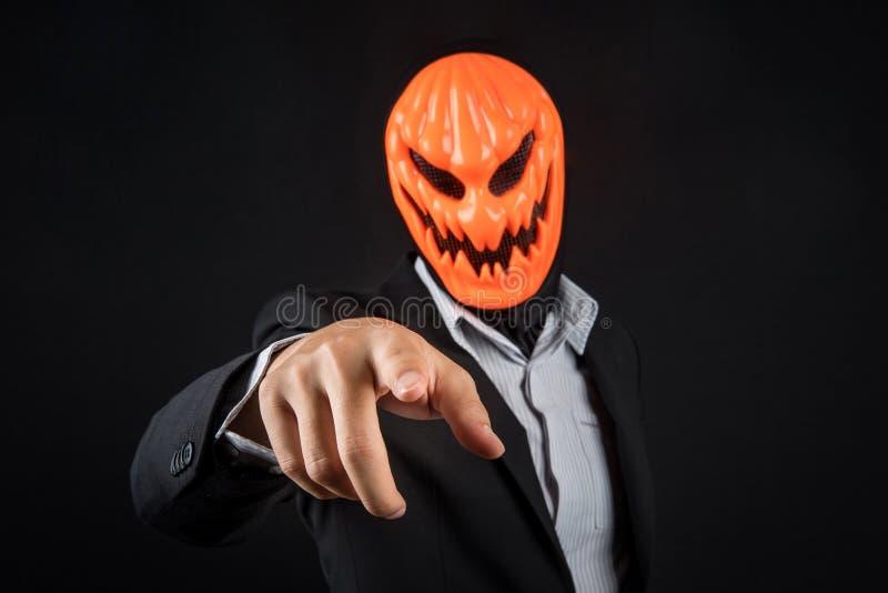 Hombre de negocios de Halloween con la máscara de la calabaza imágenes de archivo libres de regalías