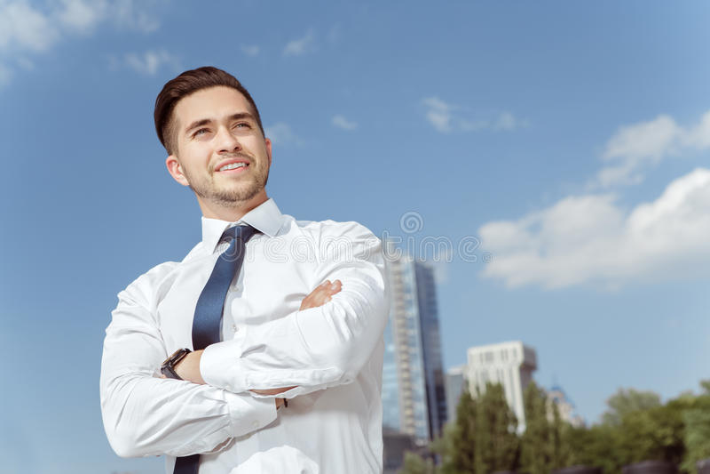 Hombre de negocios hermoso cerca de la oficina foto de archivo libre de regalías