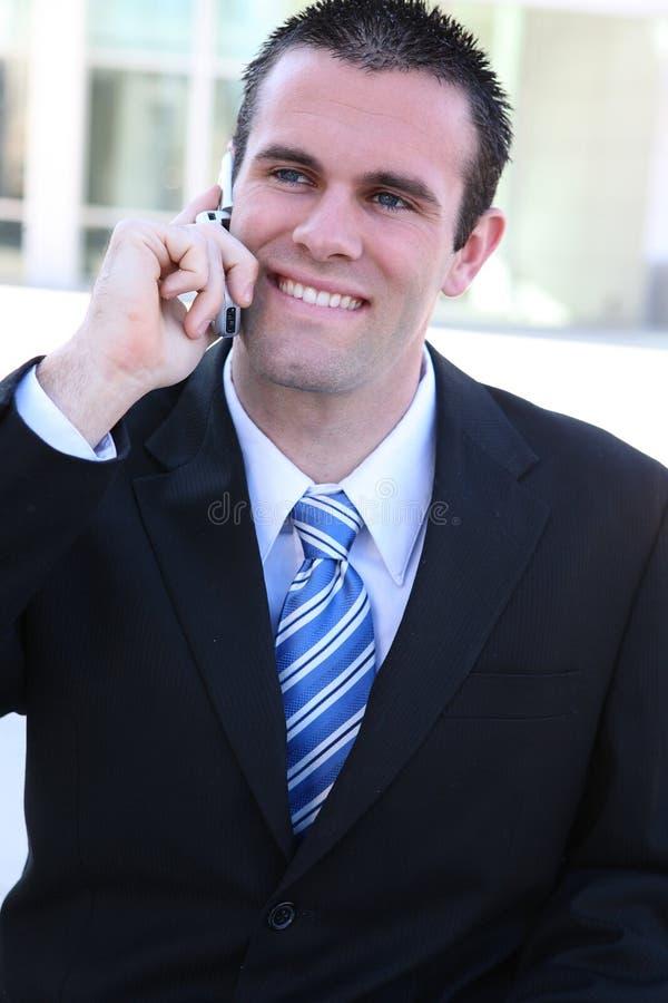 Hombre de negocios hermoso en el teléfono imagen de archivo libre de regalías