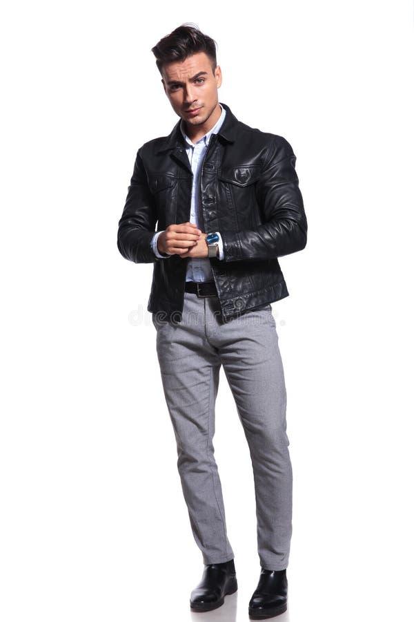 Hombre de negocios hermoso en la situación de la chaqueta de cuero fotos de archivo