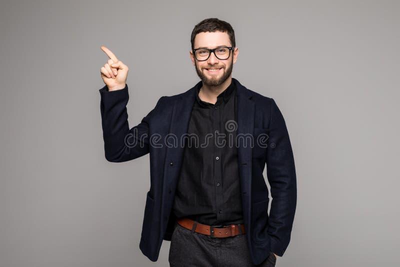 Hombre de negocios hermoso joven con sonrisa de emisión que señala con el finger foto de archivo