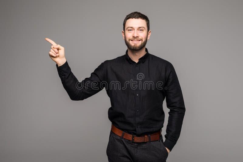 Hombre de negocios hermoso joven con sonrisa de emisión que señala con el finger fotografía de archivo libre de regalías