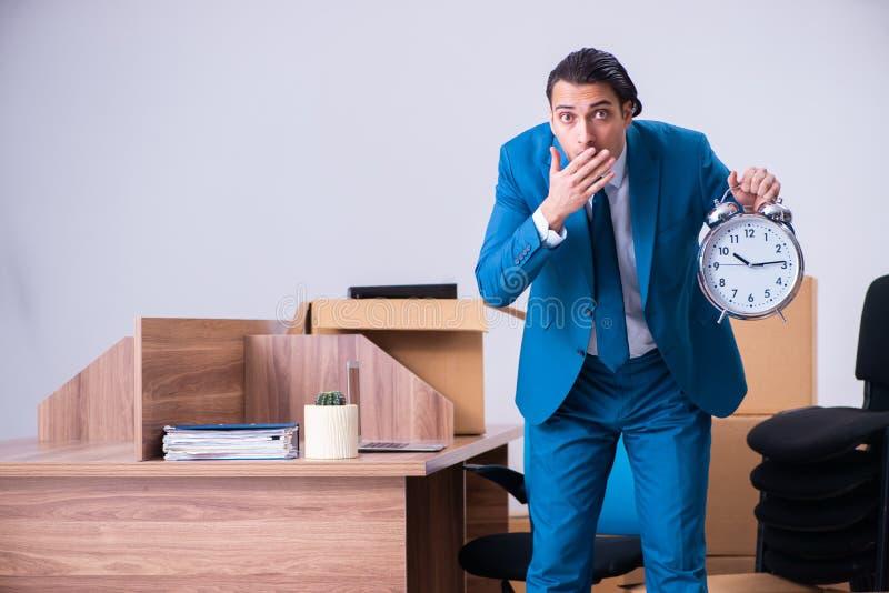 Hombre de negocios hermoso joven que es encendido de su trabajo imágenes de archivo libres de regalías