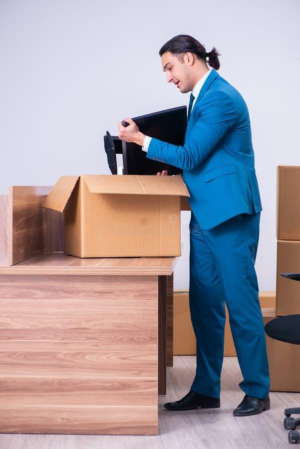 Hombre de negocios hermoso joven que es encendido de su trabajo fotografía de archivo