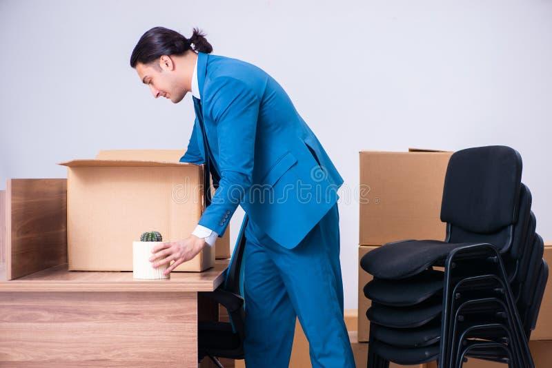 Hombre de negocios hermoso joven que es encendido de su trabajo imagenes de archivo