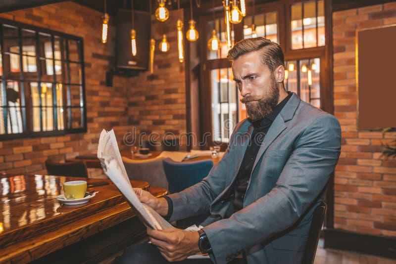 Hombre de negocios hermoso joven que lee un periódico fotografía de archivo libre de regalías