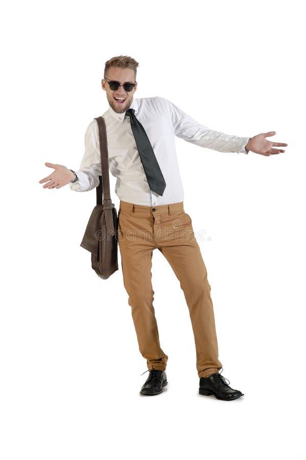 Hombre de negocios hermoso joven que se coloca con los brazos extendidos imagen de archivo libre de regalías