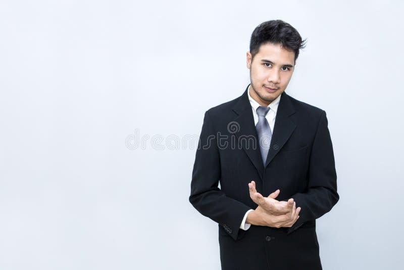 Hombre de negocios hermoso joven que sonríe y elegante en la oficina Él es 20-30 años fotos de archivo libres de regalías