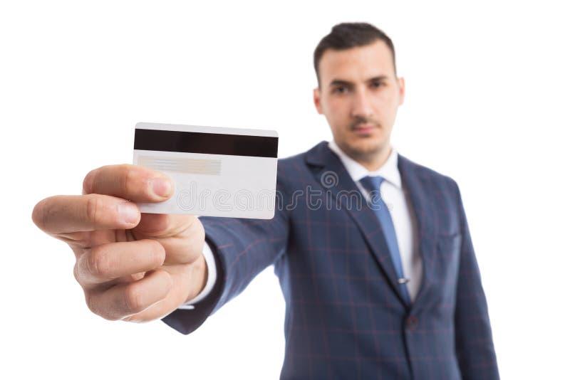Hombre de negocios hermoso joven que sostiene la tarjeta de crédito vacía imagenes de archivo