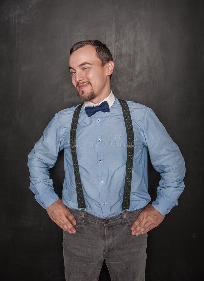 Hombre de negocios hermoso que guiña en la pizarra fotos de archivo libres de regalías