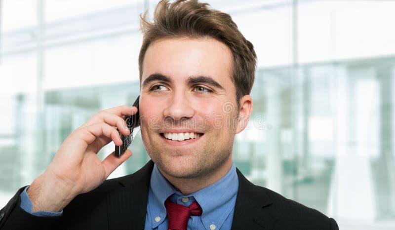 Hombre de negocios hermoso que habla en el teléfono fotos de archivo