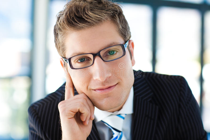 Hombre de negocios hermoso que mira a desgastar de la cámara imagen de archivo