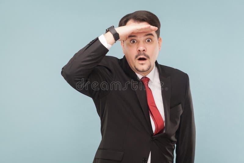 Hombre de negocios hermoso que mira lejos fotografía de archivo libre de regalías