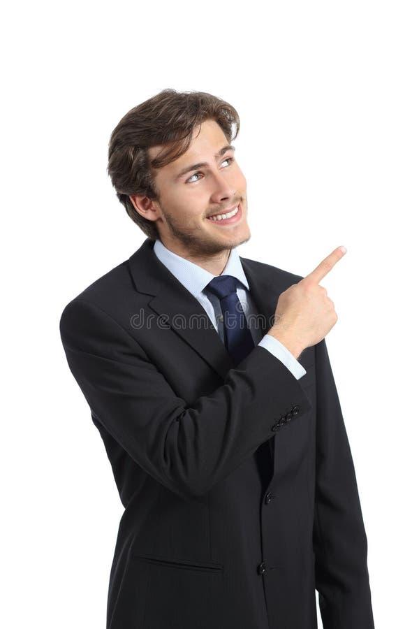 Hombre de negocios hermoso que señala en el lado que presenta un producto imágenes de archivo libres de regalías