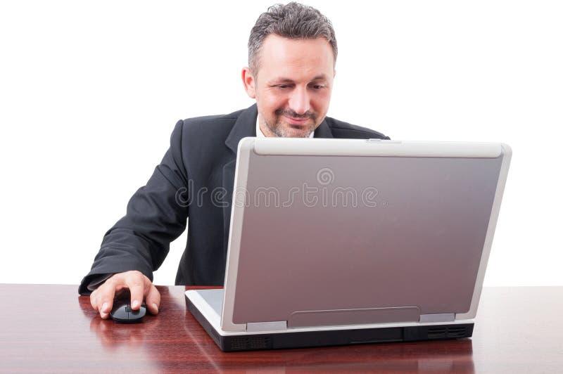 Hombre de negocios hermoso que trabaja con el ordenador portátil en la oficina fotografía de archivo libre de regalías