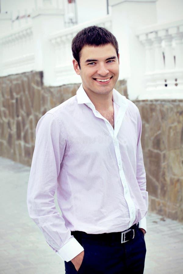 Hombre de negocios hermoso sonriente feliz, al aire libre imagen de archivo libre de regalías