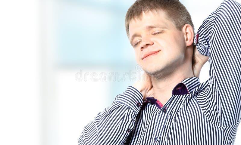 Hombre de negocios hermoso sonriente que se relaja imagen de archivo
