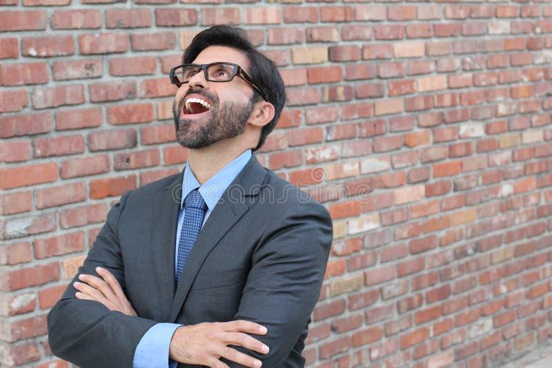 Hombre de negocios hilarante que mira para arriba con el suyo la boca abierta de par en par fotografía de archivo