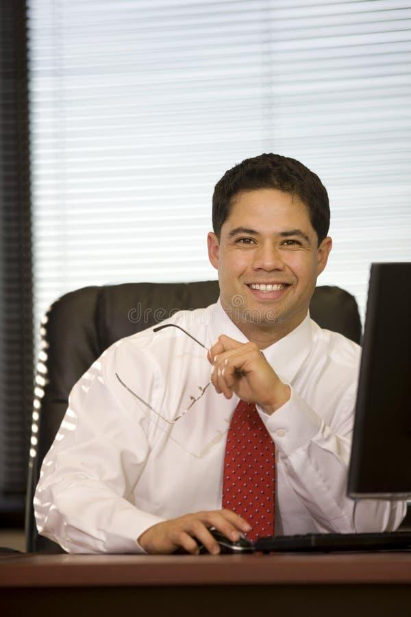 Hombre De Negocios Hispánico En La Oficina Foto de archivo