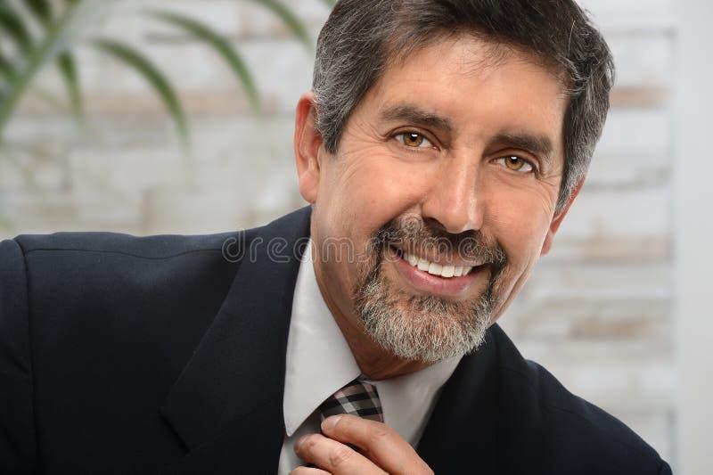 Hombre de negocios hispánico en oficina imagen de archivo libre de regalías