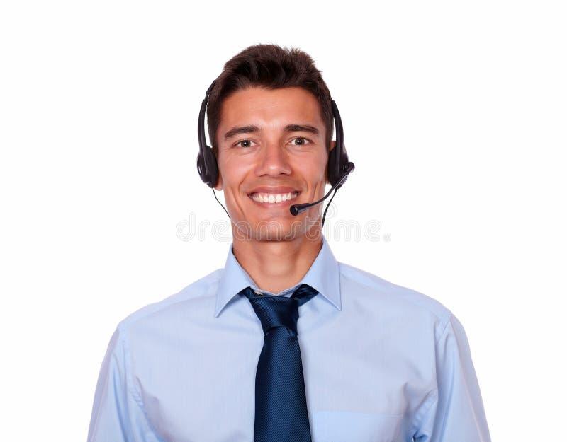 Hombre de negocios hispánico joven que habla en los auriculares fotos de archivo libres de regalías