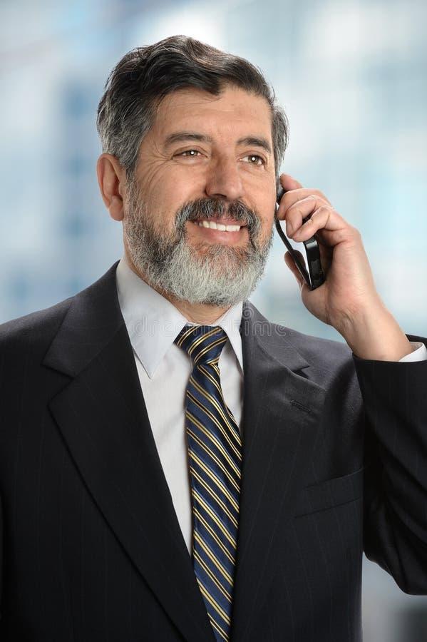 Hombre de negocios hispánico Using Cell Phone fotografía de archivo