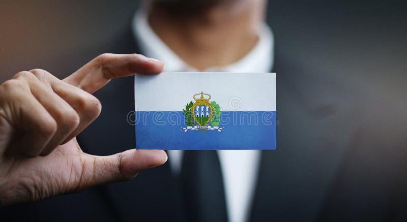 Hombre de negocios Holding Card de San Marino Flag fotografía de archivo libre de regalías