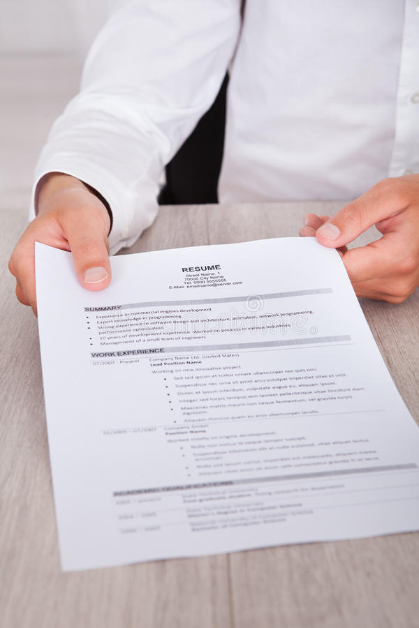 Hombre de negocios Holding Resume imagen de archivo libre de regalías