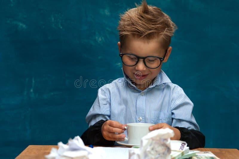 Hombre de negocios de imitación sonriente del niño pequeño fotos de archivo libres de regalías