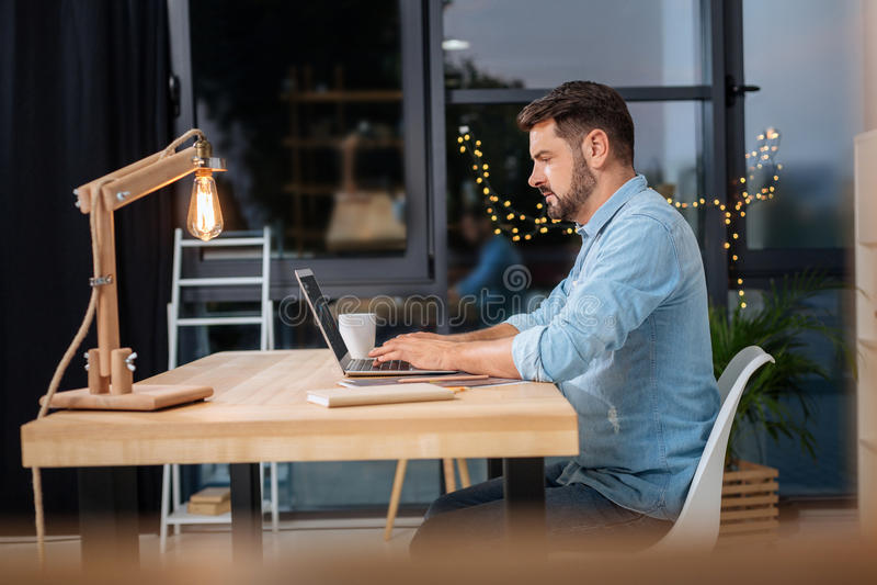 Hombre de negocios independiente elegante que trabaja en su ordenador portátil fotografía de archivo libre de regalías