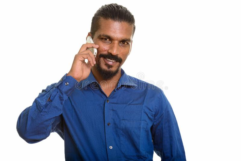 Hombre de negocios indio feliz joven que habla en el teléfono móvil foto de archivo libre de regalías