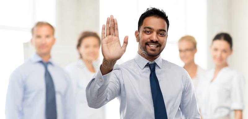 Hombre de negocios indio que hace el gesto arriba cinco fotografía de archivo