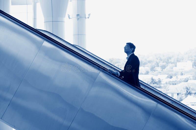 Hombre de negocios indio que va para arriba escalera móvil fotos de archivo